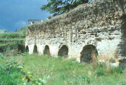 Area 1006: struttura muraria costituita da una serie di sei arcate poggianti su pilastri con cortina in opera laterizia