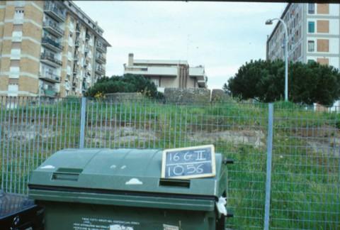 Area 1056: i resti visti da S e, sullo sfondo, i palazzi di via Prenestina