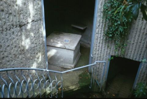 Area 111: l'altare all'interno del vano circolare moderno con funzioni idriche