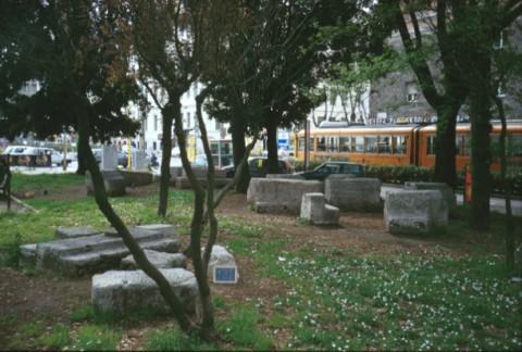 Area 121: i blocchi di travertino rinvenuti all'interno di un giardino pubblico