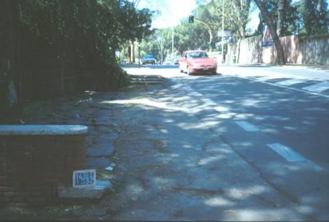 Area 1332: i basoli riposizionati lungo il margine del tracciato moderno della via Cassia