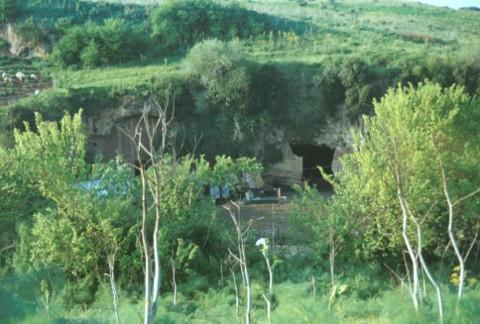 Area 1348: le grotte viste da via della Valle