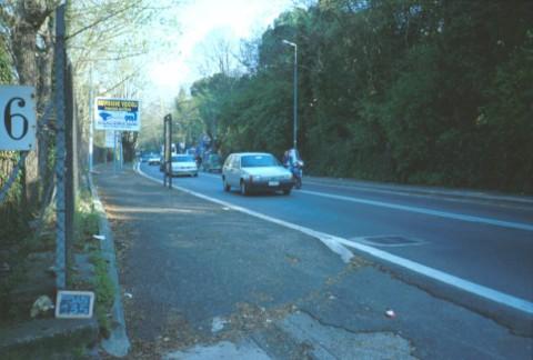 Area 135: il tracciato moderno della via Cassia e, sulla sinistra, l'area recintata