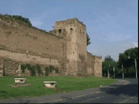 Area 156: particolare di un tratto di mura con la torre quadrata frutto di restauro