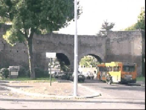 Area 156: particolare del tratto di mura in questione e dei fornici moderni