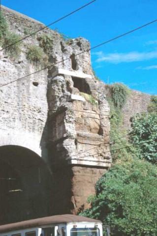 Area 156: particolare del tratto delle mura Aureliane che conserva le tracce degli spechi dell'Aqua Marcia, Tepula e Iulia