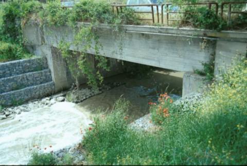 Area 2190: i resti del ponte visibili al di sotto delle strutture del ponte attuale