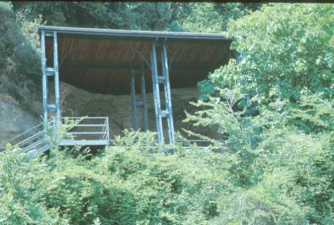 Area 2421: la tettoia che protegge l'area delle tombe rupestri