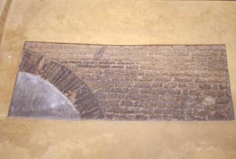 Area 2513: particolare della muratura medievale visibile al di sotto dell'intonaco moderno