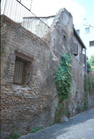 Area 2533: l'edificio che mostra tratti di muratura medievale