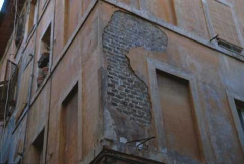 Area 3737: una porzione di muratura medievale al di sotto dell'intonaco del palazzo