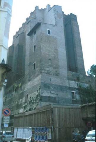 Area 4224: la torre dei Conti, della cui struttura originaria resta la zoccolatura a scarpata a fasce alterne di selce e marmo
