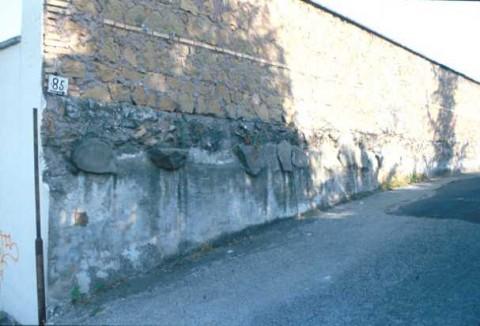 Area 5210: i basoli inglobati nella muratura esterna di un edificio di via Cannizzaro