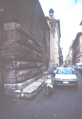 Area 5629: i resti delle strutture murarie in blocchi di travertino costituenti il palazzo dei tribunali, iniziato da Bramante e mai compiuto, di cui restano parti del basamento