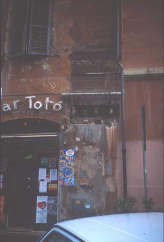 Area 5638: le iscrizioni presenti sulla muratura di edifici in via del Portico d'Ottavia